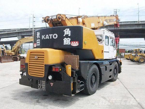 Cẩu bánh lốp Kato KR25 trọng tải 25 tấn