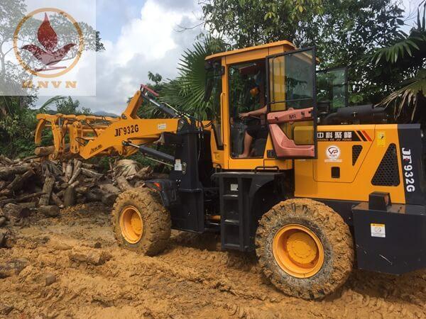 Máy xúc lật JF932G làm việc tại nhà máy chế biến gỗ ở Ninh Bình